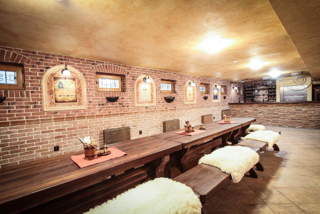 Koliba expo salónik s lavicami a barom