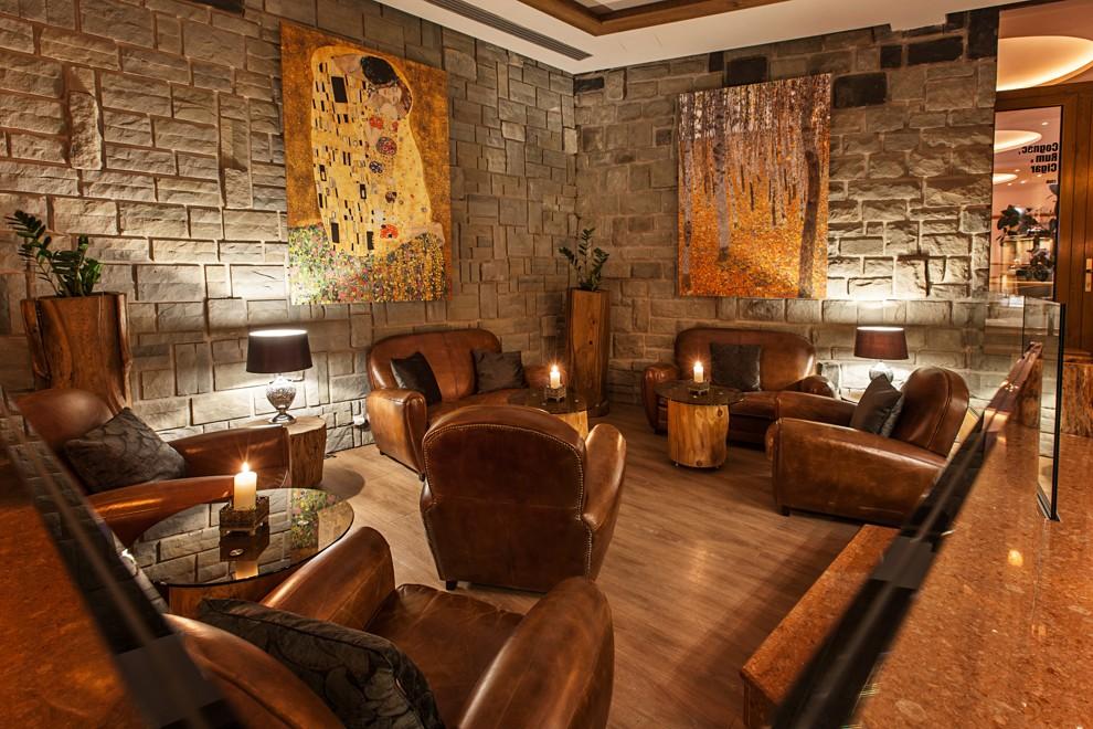 Rumový klub s koženými kreslami, obrazmi a sviečkami.