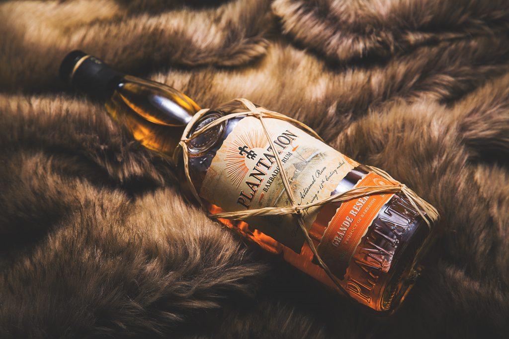 Obľúbený rum Plantation na koži zo zvieraťa.